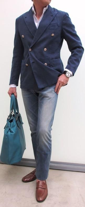 Cómo combinar: blazer cruzado de algodón azul marino, camisa de vestir blanca, vaqueros azules, mocasín de cuero marrón