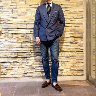 Cómo combinar: blazer cruzado azul marino, camisa de vestir de rayas verticales blanca, vaqueros azul marino, mocasín con borlas de ante en marrón oscuro