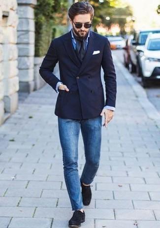 Cómo combinar: blazer cruzado azul marino, camisa de vestir azul, vaqueros pitillo azules, zapatos derby de ante negros