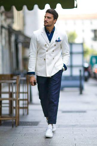 Cómo combinar: blazer cruzado blanco, camisa vaquera azul marino, pantalón chino azul marino, tenis blancos