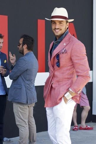 Cómo combinar: blazer cruzado rosado, camisa vaquera azul, pantalón chino blanco, sombrero de paja blanco