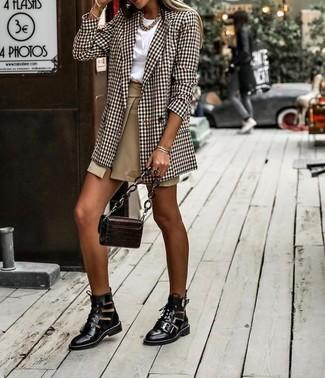 Cómo combinar: blazer cruzado de tartán marrón, camiseta con cuello circular blanca, minifalda con recorte marrón claro, botines con cordones de cuero con recorte negros