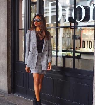 Cómo combinar: blazer cruzado de tartán gris, camiseta con cuello circular de encaje negra, minifalda de tartán gris, botines de ante negros