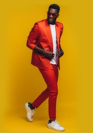 Cómo combinar: blazer cruzado rojo, camiseta con cuello circular blanca, pantalón chino rojo, tenis de cuero en blanco y verde