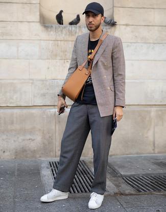 Cómo combinar: blazer cruzado de tartán marrón, camiseta con cuello circular estampada negra, pantalón chino en gris oscuro, tenis de cuero blancos