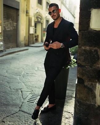 Cómo combinar: blazer cruzado negro, camiseta con cuello circular negra, pantalón chino negro, mocasín con borlas de cuero negro