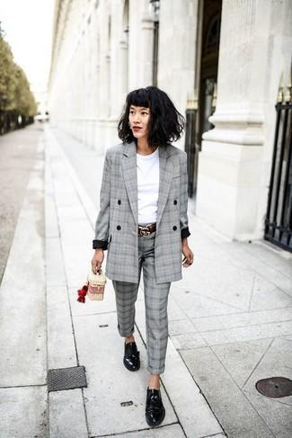 Cómo combinar: blazer cruzado de tartán gris, camiseta con cuello circular blanca, pantalón de vestir de tartán gris, zapatos derby de cuero negros