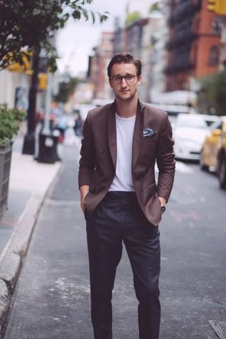 Cómo combinar: blazer cruzado en marrón oscuro, camiseta con cuello circular blanca, pantalón de vestir negro, pañuelo de bolsillo con print de flores azul marino
