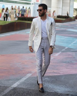 Cómo combinar: blazer cruzado en beige, camiseta con cuello circular blanca, pantalón de vestir gris, mocasín de cuero negro