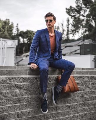 Cómo combinar: blazer cruzado de rayas verticales azul marino, camiseta con cuello circular en tabaco, pantalón de vestir de rayas verticales azul marino, mocasín con borlas de ante negro