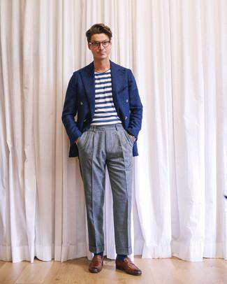 Cómo combinar: blazer cruzado de lana azul marino, camiseta con cuello circular de rayas horizontales en blanco y azul marino, pantalón de vestir de lana gris, mocasín de cuero marrón
