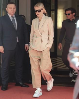Cómo combinar: blazer cruzado en beige, camiseta con cuello circular blanca, pantalones anchos marrón claro, tenis de cuero blancos