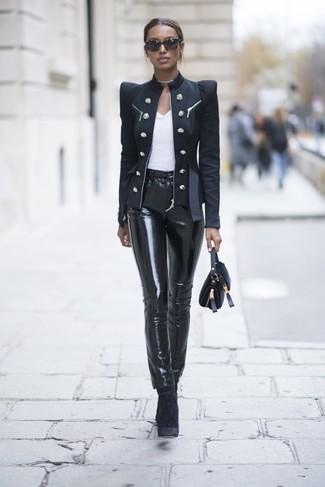 Cómo combinar: blazer cruzado negro, camiseta con cuello circular blanca, pantalones pitillo de cuero negros, botines de terciopelo negros