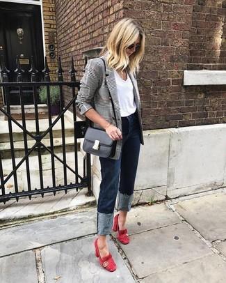 Cómo combinar: blazer cruzado de tartán gris, camiseta con cuello circular blanca, vaqueros azul marino, zapatos de tacón de ante rojos