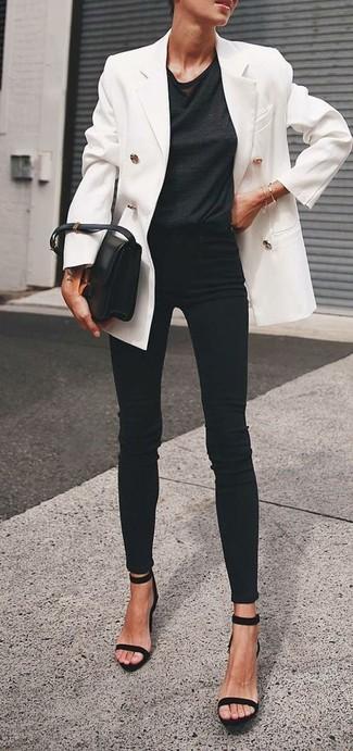 Look de moda: Blazer cruzado blanco, Camiseta con cuello circular negra, Vaqueros pitillo negros, Sandalias de tacón de ante negras