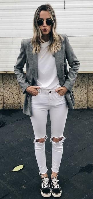 Cómo combinar: blazer cruzado de tartán gris, camiseta con cuello circular blanca, vaqueros pitillo desgastados blancos, tenis de lona negros