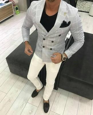 Cómo combinar: blazer cruzado a cuadros gris, camiseta con cuello en v negra, pantalón chino blanco, mocasín con borlas de cuero negro