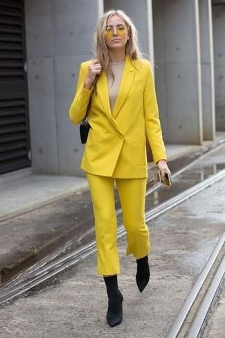Cómo combinar: blazer cruzado amarillo, camiseta de manga larga en beige, falda pantalón amarilla, botines de elástico negros