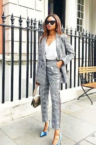 Cómo combinar: blazer cruzado de tartán gris, camiseta sin manga blanca, pantalón de vestir de tartán gris, zapatos de tacón de terciopelo azules