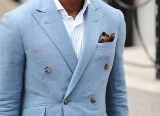 Cómo combinar: blazer cruzado celeste, camisa de vestir de rayas verticales en blanco y azul, pañuelo de bolsillo de algodón marrón