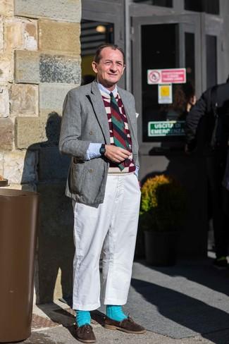 Cómo combinar: blazer cruzado de lana gris, chaleco de punto estampado burdeos, camisa de manga larga celeste, pantalón chino blanco