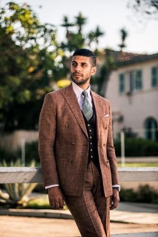 Cómo combinar: blazer cruzado marrón, chaleco de vestir negro, camisa de vestir a cuadros rosada, pantalón de vestir marrón