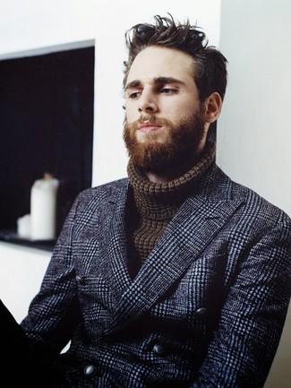 Cómo combinar: blazer cruzado de lana a cuadros azul marino, jersey de cuello alto de punto en marrón oscuro