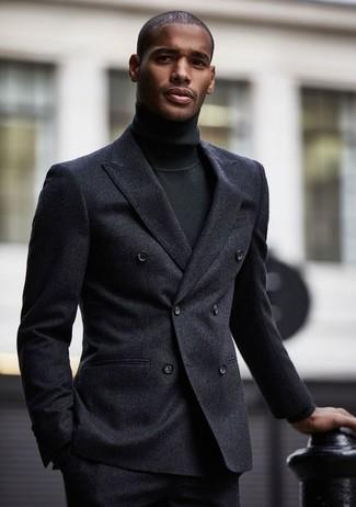 Cómo combinar: blazer cruzado de lana en gris oscuro, jersey de cuello alto negro, pantalón de vestir de lana en gris oscuro