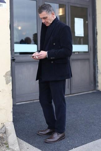 Cómo combinar: blazer cruzado de pana negro, pantalón de vestir de pana negro, zapatos brogue de cuero en marrón oscuro