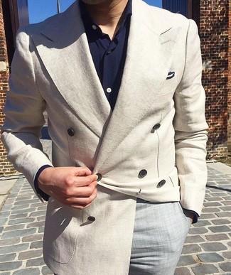 Cómo combinar: blazer cruzado en beige, camisa de manga larga azul marino, pantalón de vestir gris