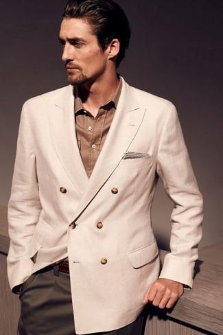 Cómo combinar: blazer cruzado en beige, camisa de manga larga marrón, pantalón de vestir verde oliva, correa de cuero en marrón oscuro