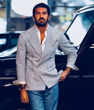 Cómo combinar: blazer cruzado de rayas verticales en blanco y azul marino, camisa de manga larga blanca, pantalón de vestir azul, reloj de cuero negro