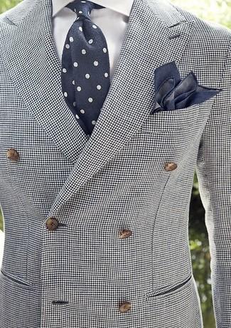 Cómo combinar: blazer cruzado de pata de gallo en blanco y negro, camisa de vestir blanca, corbata a lunares en azul marino y blanco, pañuelo de bolsillo azul marino