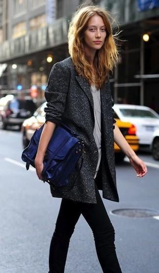 Cómo combinar: blazer cruzado de lana en gris oscuro, blusa sin mangas gris, vaqueros pitillo negros, bolso de hombre de cuero azul