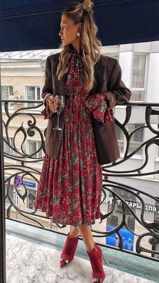 Cómo combinar: blazer cruzado en marrón oscuro, vestido midi con print de flores rojo, botines de ante rojos, pendientes dorados