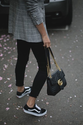 Cómo combinar: blazer cruzado de tartán gris, vaqueros pitillo negros, tenis de lona en negro y blanco, bolso de hombre de cuero acolchado negro