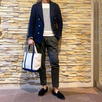 Cómo combinar: blazer cruzado azul marino, jersey con cuello circular de rayas horizontales en blanco y azul marino, pantalón chino verde oliva, mocasín con borlas de ante negro