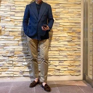 Cómo combinar: blazer cruzado azul marino, jersey con cuello circular negro, pantalón chino marrón claro, mocasín con borlas de ante en marrón oscuro