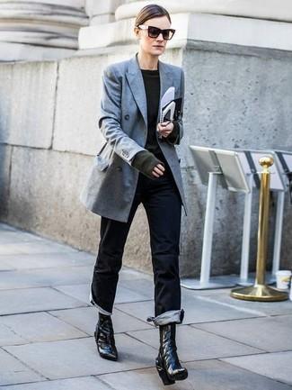 Cómo combinar: blazer cruzado gris, jersey con cuello circular verde oscuro, vaqueros negros, botines de cuero negros