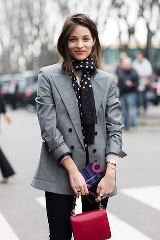 Cómo combinar: blazer cruzado gris, jersey con cuello circular blanco, vaqueros pitillo negros, cartera de cuero roja