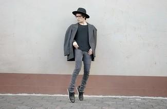 Un blazer cruzado en gris oscuro de Ermenegildo Zegna y unos vaqueros pitillo en gris oscuro son un look perfecto para ir a la moda y a la vez clásica. Si no quieres vestir totalmente formal, elige un par de tenis de cuero negros.