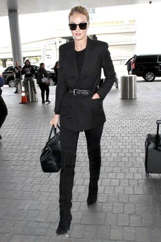 Cómo combinar: blazer cruzado negro, jersey con cuello circular negro, vaqueros pitillo negros, botas sobre la rodilla de ante negras