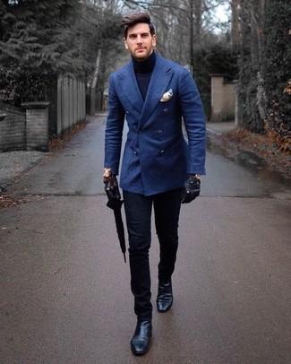 Cómo combinar: blazer cruzado de lana azul, jersey de cuello alto azul marino, pantalón chino negro, botines chelsea de cuero negros