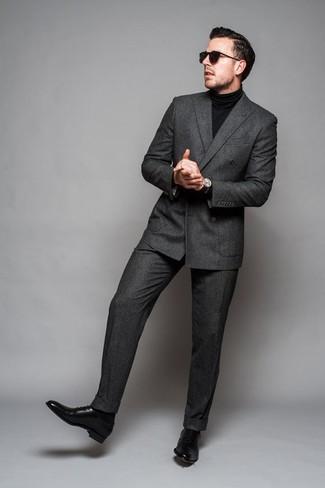 Casa un blazer cruzado en gris oscuro con un pantalón de vestir gris oscuro para una apariencia clásica y elegante. Este atuendo se complementa perfectamente con zapatos oxford de cuero negros.