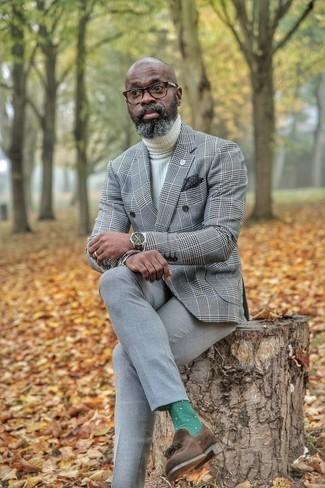 Cómo combinar: blazer cruzado de tartán gris, jersey de cuello alto de punto blanco, pantalón de vestir gris, mocasín con borlas de ante en marrón oscuro