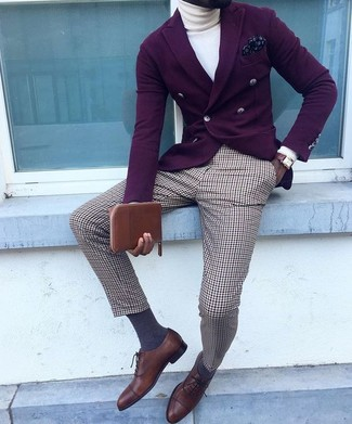 Cómo combinar: blazer cruzado morado oscuro, jersey de cuello alto blanco, pantalón de vestir de tartán marrón, zapatos oxford de cuero en marrón oscuro