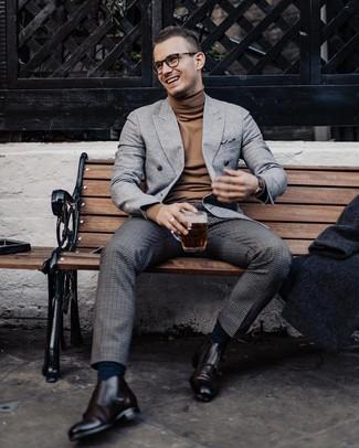Cómo combinar: blazer cruzado de lana gris, jersey de cuello alto marrón, pantalón de vestir de lana a cuadros en gris oscuro, zapatos con doble hebilla de cuero en marrón oscuro
