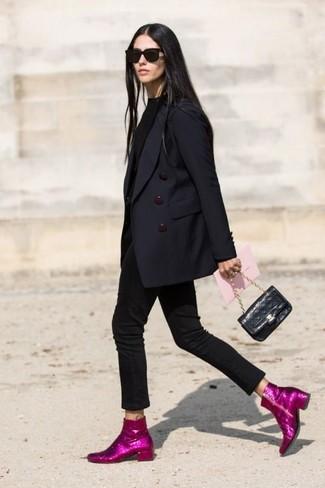Cómo combinar: blazer cruzado azul marino, jersey de cuello alto negro, vaqueros pitillo negros, botines de lentejuelas rosa