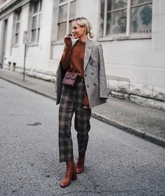 Cómo combinar: blazer cruzado de tartán gris, jersey oversized en tabaco, pantalón de pinzas a cuadros en marrón oscuro, botines de cuero en tabaco