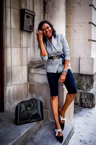 Cómo combinar: blazer cruzado de tartán gris, mallas ciclistas negras, chinelas de ante en negro y blanco, bolsa tote de cuero negra